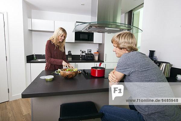 Frau Mann sehen schneiden Küche Gemüse