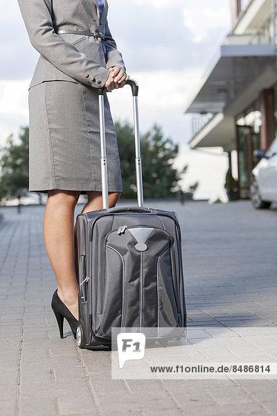 niedrig  Anschnitt  stehend  Geschäftsfrau  Gepäck  Fahrweg