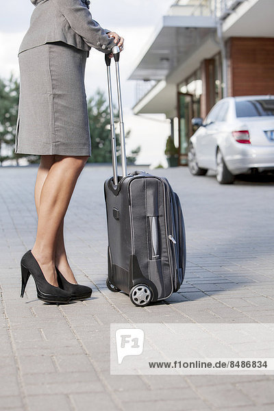 niedrig  Anschnitt  stehend  Geschäftsfrau  Koffer  Fahrweg