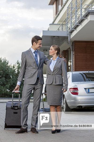 Ganzansicht  Außenaufnahme  gehen  Hotel  Gepäck  Business