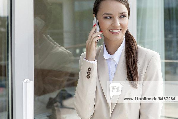 benutzen  Geschäftsfrau  Fröhlichkeit  Glas  Tür  Telefon  Handy