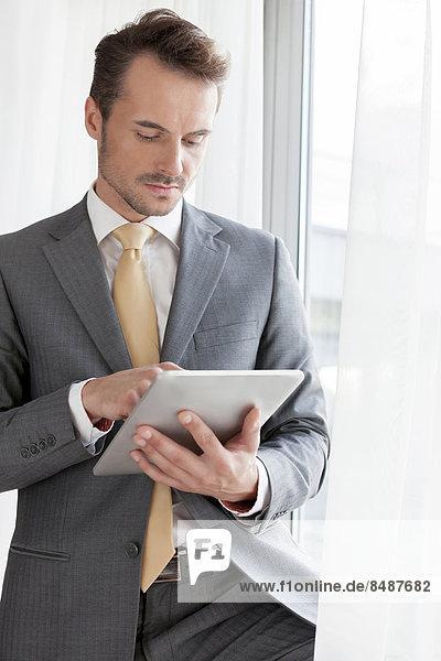 benutzen  Geschäftsmann  Büro  jung  Tablet PC