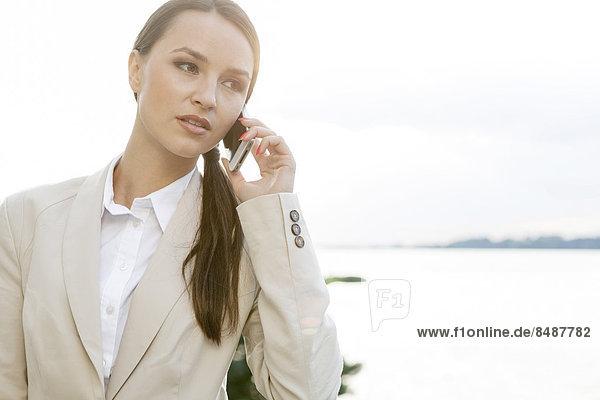 Außenaufnahme  Geschäftsfrau  antworten  Telefon  Handy  freie Natur