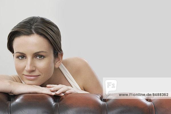 Portrait Frau Schönheit grau Couch Hintergrund
