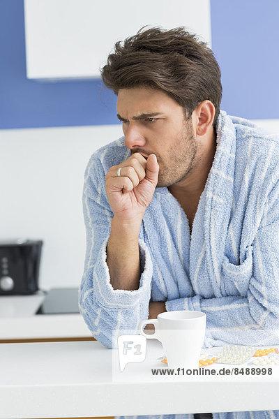 Mann  Becher  Gesundheitspflege  Küche  jung  Kaffee  husten  Tresen