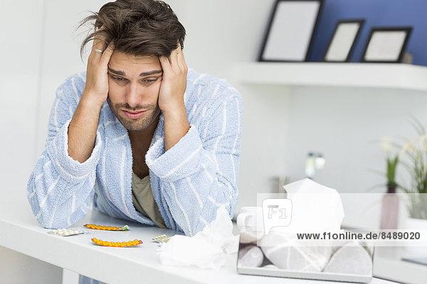 Mann  Kopfschmerz  Krankheit  Küche  jung  Schmerz  Tresen