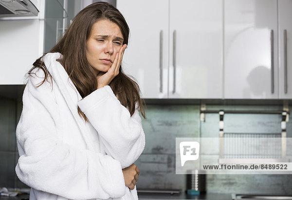 stehend Frau Depression Küche Schmerz