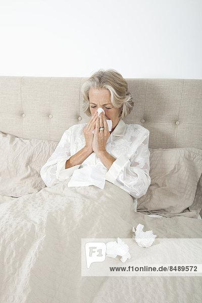 Senior  Senioren  Frau  blasen  bläst  blasend  Bett  Krankheit