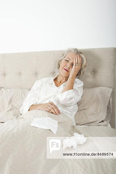 Senior  Senioren  Frau  ruhen  Kopfschmerz  Bett  Schmerz