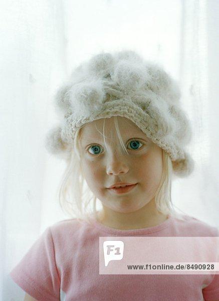 Porträt von Mädchen tragen stricken Hut