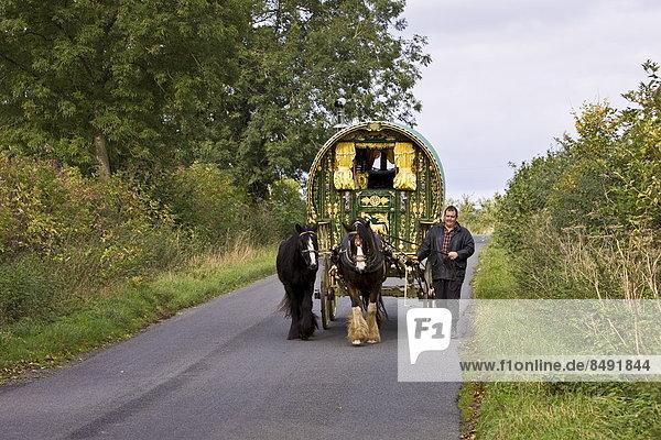Karawane Landstraße ziehen Großbritannien Campingwagen Gloucestershire Zigeuner
