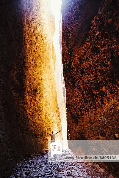 Australien  Westaustralien  Kimberley  Purnulululu National Park  Bungle Bungle Bungle  Mann am Echidna Chasm