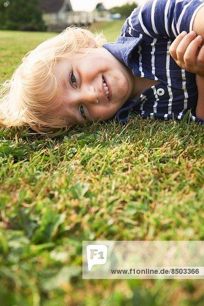 Kleiner Junge spielt im Garten Kleiner Junge spielt im Garten