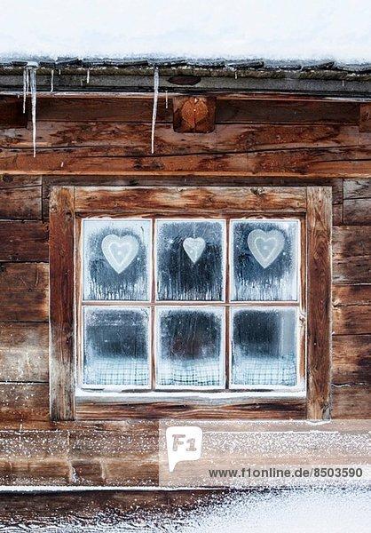 Herzen am Fenster des Blockhauses  Österreichische Alpen  Österreich