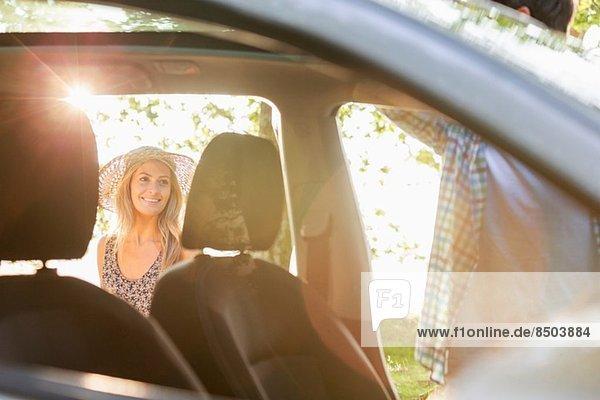 Junges Paar mit dem Auto