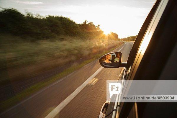 Autofahren auf der Straße  Reflexion im Außenspiegel