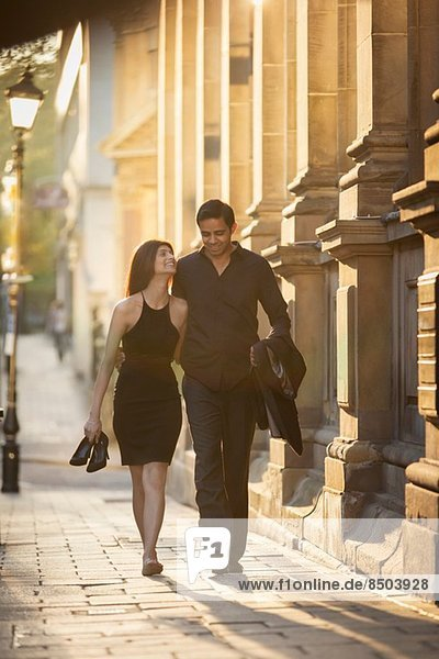 Paar auf dem Bürgersteig  Birmingham  England  UK