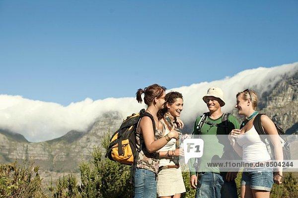 Freunde beim Rucksacktourismus am Tafelberg  Kapstadt  Südafrika
