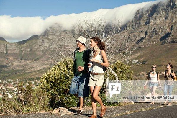 Junges Paar mit Blick auf die Stadt  Kapstadt  Südafrika