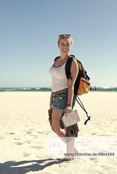 Junge Frau an der Küste  Kapstadt  Südafrika
