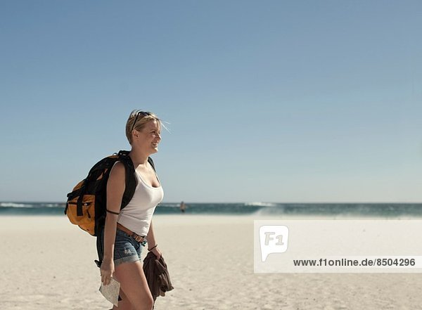 Junge Frau am Strand  Kapstadt  Südafrika