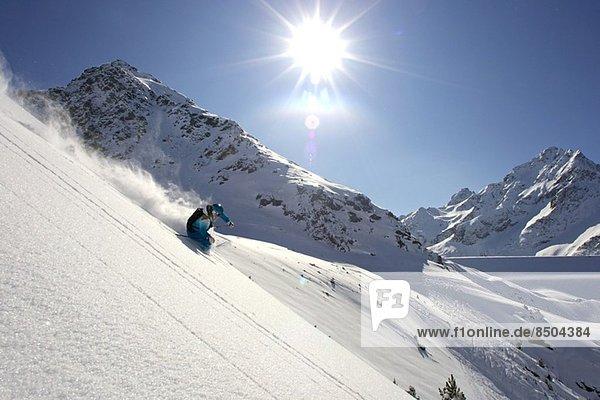 Weibliche Skifahrerinnen abseits der Piste  Kuhtai  Österreich