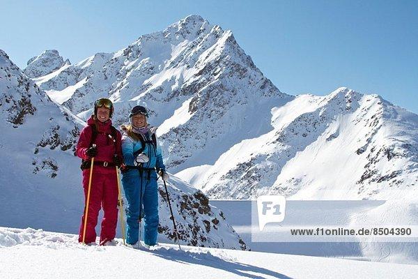 Freunde beim Skifahren in Kuhtai  Österreich