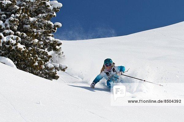 Frauen beim Skifahren abseits der Piste in Kuhtai  Österreich
