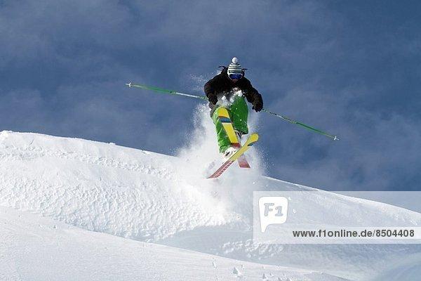 Mittlerer Erwachsener Mann Skispringen in Kuhtai  Tirol  Österreich
