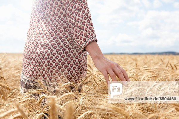 Mittelteil der Frau im Weizenfeld Mittelteil der Frau im Weizenfeld