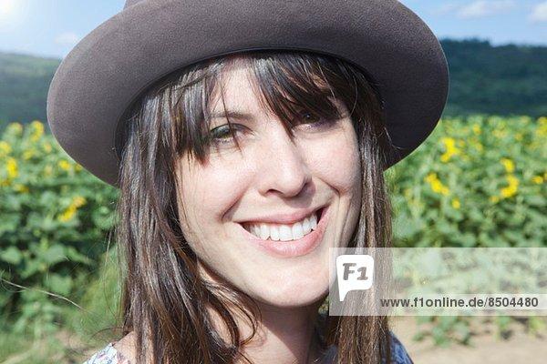 Porträt einer erwachsenen Frau mit Hut Porträt einer erwachsenen Frau mit Hut