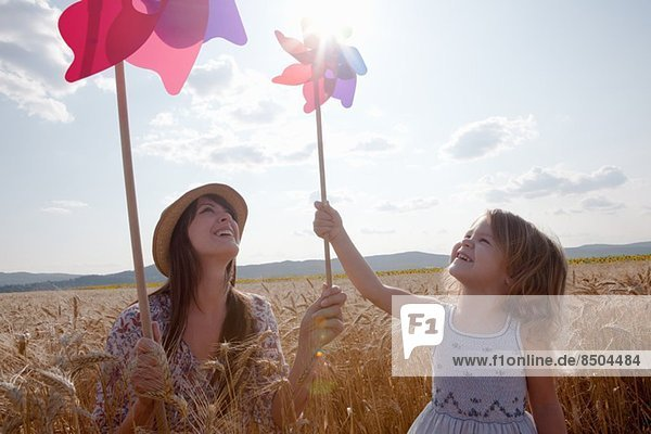 Mutter und Tochter im Weizenfeld mit Windmühle Mutter und Tochter im Weizenfeld mit Windmühle