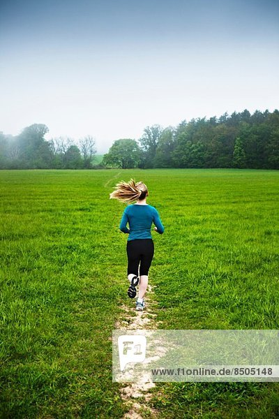 Reife Frau beim Laufen auf dem Land