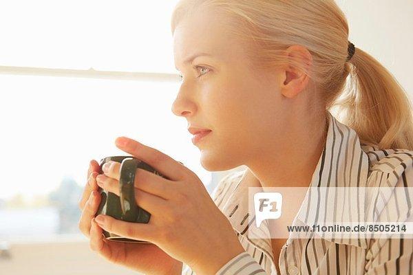 Junge Frau mit heißem Getränk Junge Frau mit heißem Getränk