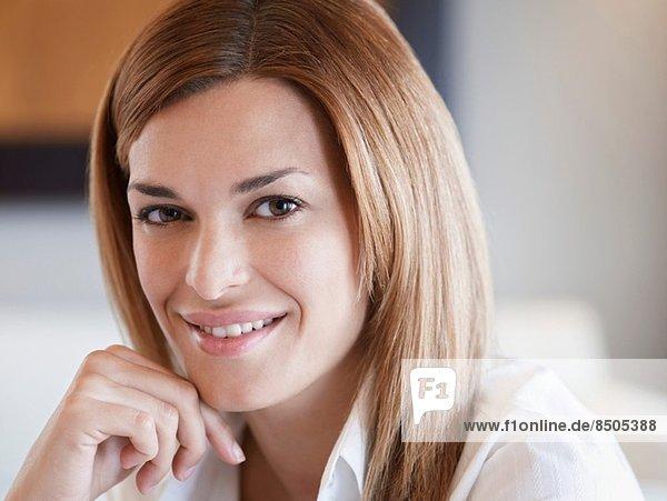 Nahaufnahme Porträt einer attraktiven jungen Frau