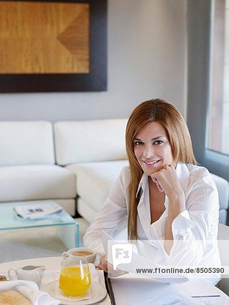 Porträt einer jungen Geschäftsfrau im Hotelzimmer