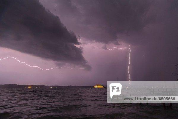 Blick auf Sturm und Blitz am Starnberger See  Bayern  Deutschland