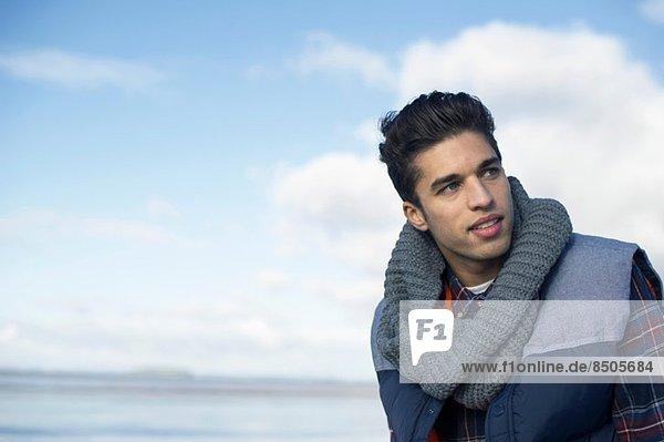 Junger Mann mit grauem Schal