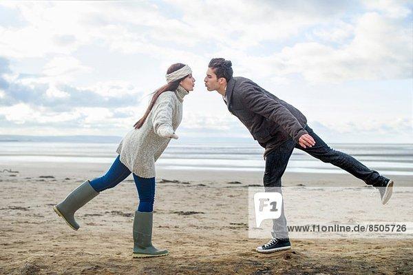 Junges Paar auf einem Bein  Brean Sands  Somerset  England