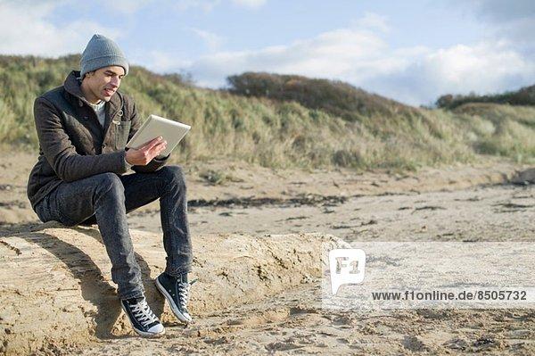 Junger Mann mit digitalem Tablett  Brean Sands  Somerset  England