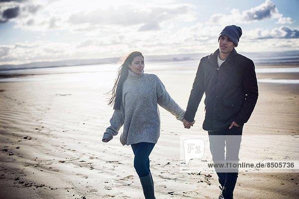 Junges Paar hält Händchen  Brean Sands  Somerset  England
