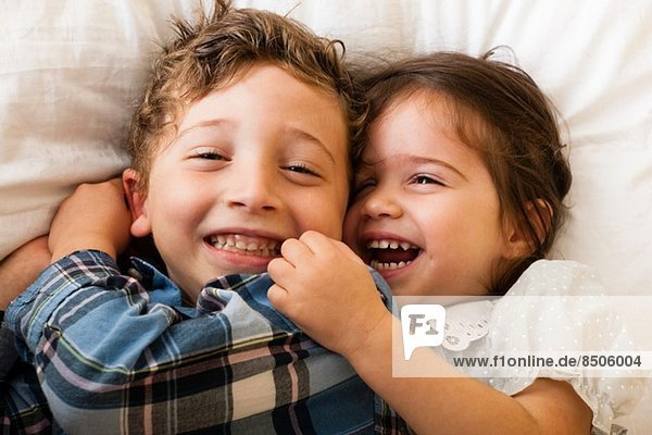 Kinder auf dem Bett liegend Kinder auf dem Bett liegend