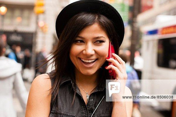 Frau spricht auf dem Handy