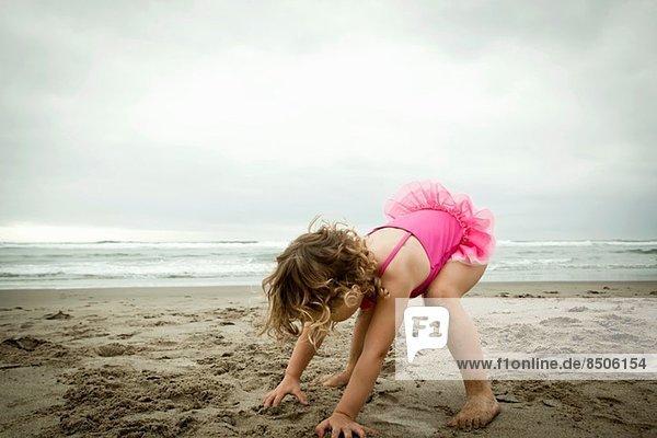 Weibliches Kleinkind beim Spielen mit Sand