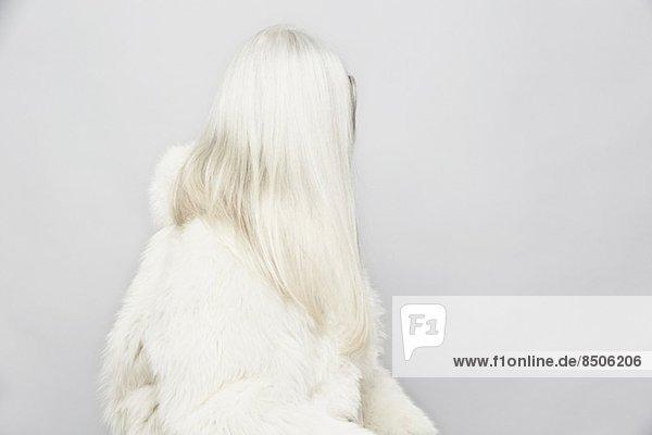 Seitenansicht Studio-Porträt einer älteren Frau mit langen grauen Haaren