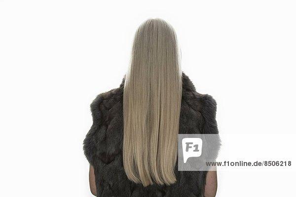Rückansicht Studioaufnahme einer reifen Frau mit langen grauen Haaren