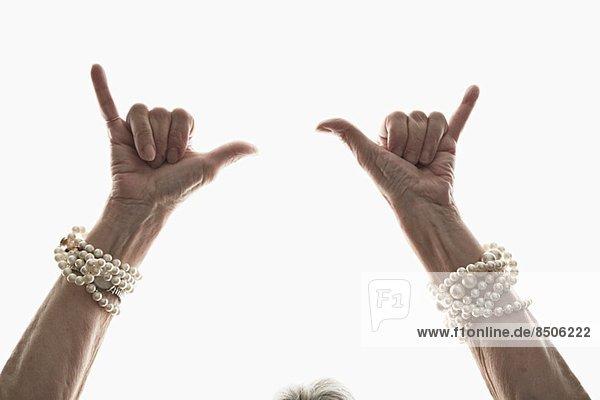 Studioaufnahme der gestikulierenden Hände einer reifen Frau
