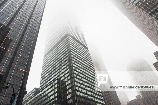 Blick auf Wolkenkratzer im Nebel  New York City  USA