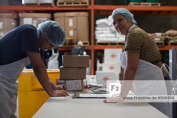 Fabrikarbeiter mit Papierkram