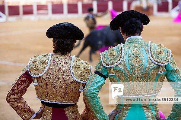 Farbaufnahme  Farbe  sehen  Beleuchtung  Licht  Kleidung  rot  Ehre  Stierkampf  Gold  Pistazie  Andalusien  Torero  links  rechts  September  Spanien  spanisch